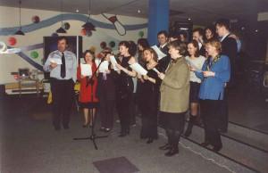 Генеральный директор Харри Херцог, Наталья Ольховская и сотрудники поют гимн компании