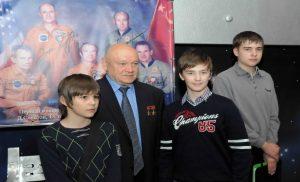 В. Джанибеков с внуком