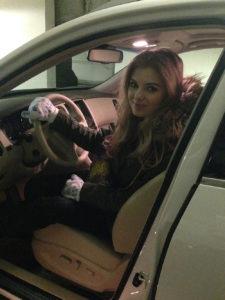 Телеведущая Ольга Паршина, автомобиль, за рулём, водит машину