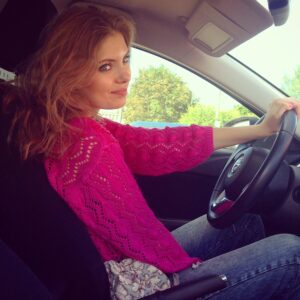 Телеведущая Ольга Паршина, автомобиль, за рулём