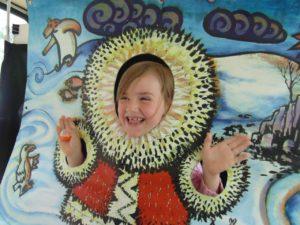 """После спектакля """"Северная сказка"""" Игоря Дробышева, маленькие зрители бесплатно фотографируются в тантамареске."""