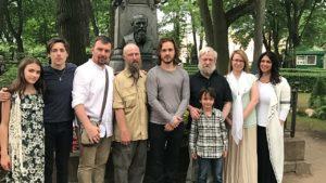 Семья Джексонов и семья Достоевских на могиле Ф. М. Достоевского.