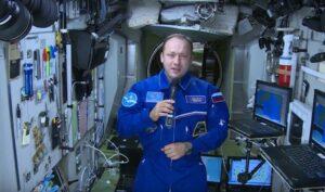 Космонавт Александр Мисуркин, на станции всё приклеено