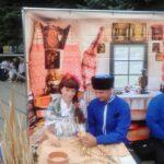 А это казак Сергей из Ессентукского казачьего общества учит меня плести корзину.