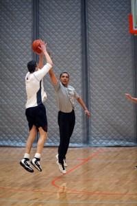 Министр образования США Арне Дункан и президент США Барак Обама играют в баскетбол.