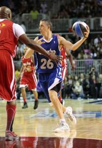 Министр образования США Арне Дункан играет в баскетбол.