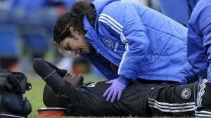 Ева Карнейро оказывает помощь футболисту.
