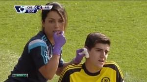 "Врач ""Челси"" Ева Карнейро и вратарь Тибо Куртуа."
