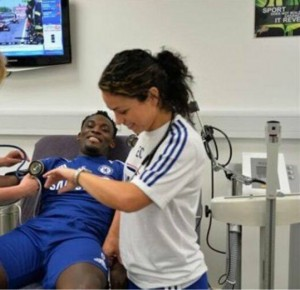 Ева Карнейро лечит игроков.
