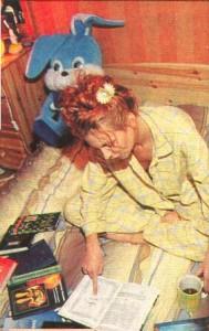 Певица Лариса Черникова дома с книжкой