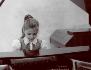 Маленькая Марина Девятова за роялем.