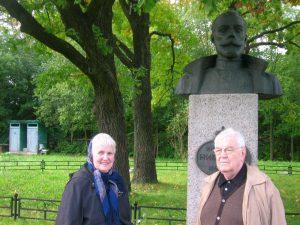 Виктор Фёдорович Бандурко с супругой у памятника Государю Николаю 2. Причём, дубы за памятником Государь и Государыня сажали в 1909 г. своими руками.