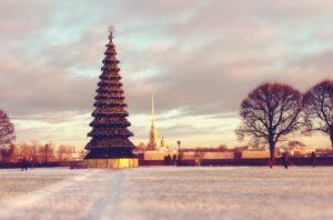 Новогодняя ёлка в Петербурге на стрелке Васильевского острова.