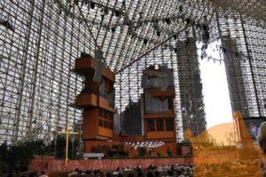 Церковь хрустального собора с органом на сцене