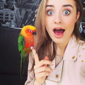Соня Есьман с попугаем