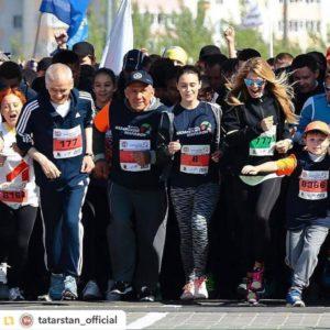 Президент Татарстана Рустам Минниханов, Эльмира Калимуллина и Вера Брежнева, Послы Казанского марафона 2016 год.