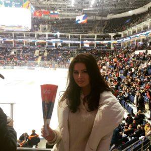 Рената Камалова на хоккейном стадионе