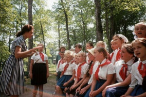 Вожатая и дети в пионерском лагере