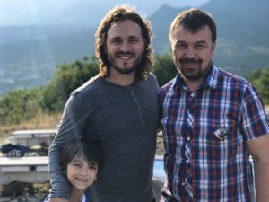 Джонатан Джексон с сыном, Вадим Грачев на вершине Машука в Пятигорске.
