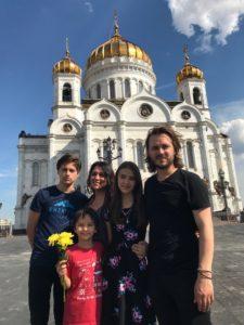 Семья Джексонов у храма Христа Спасителя.