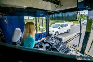 Блондинка за рулём автобуса