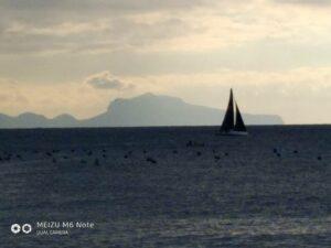 Чье-то судно с ветром борется у мыса, на фоне Капри.