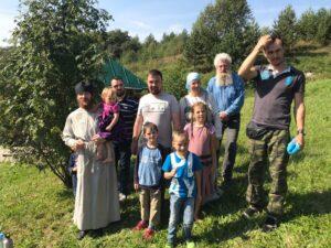 Вадим Грачев с жителями деревни.