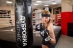 Певица Варвара осваивает женский бокс