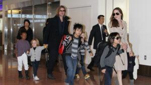 Анджелина Джоли с мужем Брэдом Питтом и детьми