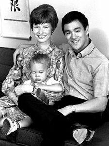 Брюс Ли с женой и сыном