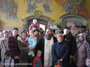 Протоиерей Иоанн Герасимов с прихожанами.