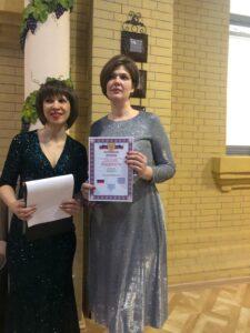 Ведущая Марина Овчинникова награждает Инну Клейменову.