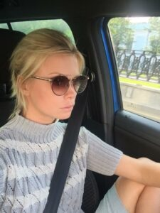 Актриса Евгения Осипова за рулём, машина