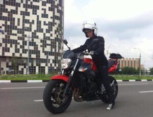 Актриса Евгения Осипова на мотоцикле.