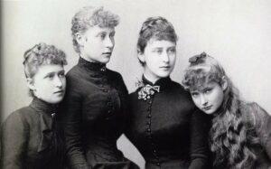 Четыре сестры Гессен-Дармштадских (слева направо) - Ирен, Виктория, Элизабет (Элла) и Алиса (Аликс), 1885 год.