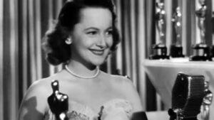 Оливия де Хэвилленд получает Оскар за лучшую женскую роль в 1947 году