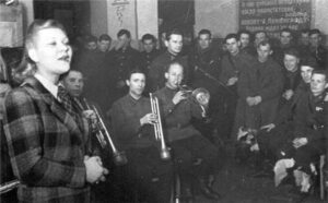 Выступление Клавдии Шульженко перед бойцами. Ленинградский фронт, 1941 год.