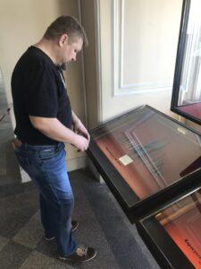 Григорий Николаевич Базлов рассматривает экспонаты Государственного Эрмитажа, Санкт-Петербург.