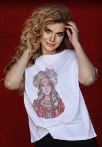 Анастасия Аверьянова в футболке «Русские Идут»