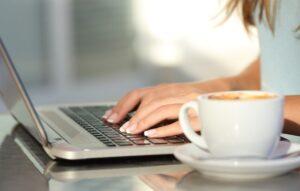 Девушка, компьютер, кофе