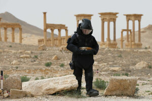 Пальмира стоит в руинах.