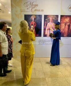 На выставке в Государственном историческом музее Южного Урала. Анастасия Аверьянова описывает наряд на баннере.