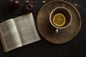 Книга, чай с лимоном