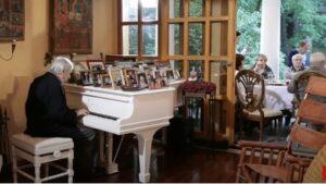 Эдуард Артемьев за роялем