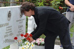 Эвклид Кюрдзидис возлагает цветы на могилу Олега Петровича Жакова