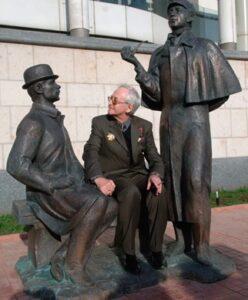 Василий Ливанов у памятника Шерлоку Холмсу и доктору Ватсону