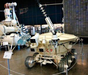 «Луноход-3» в музее Лавочкина, рядом с дубликатом посадочного модуля «Луны-16».